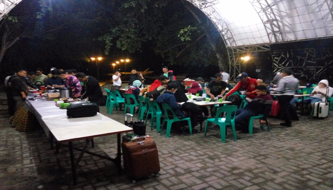 area tempat makan bersama di genteng kecil saat malam
