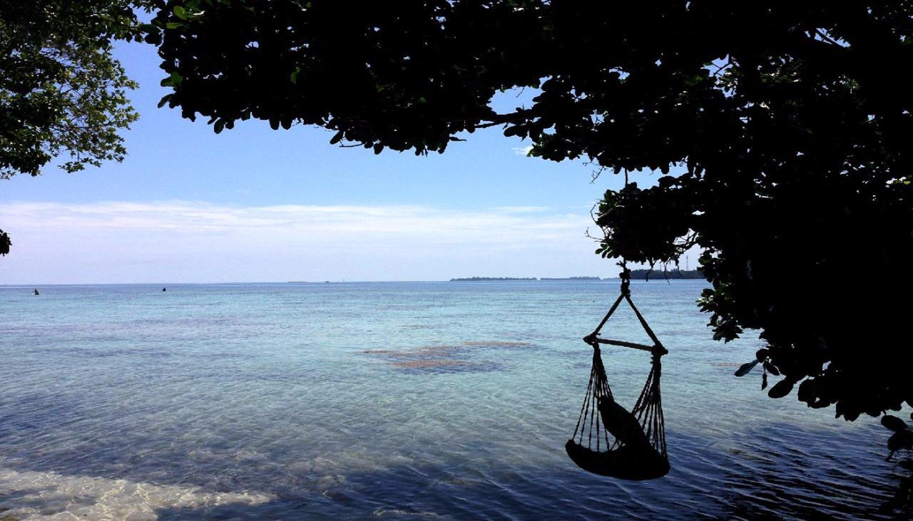 berayun -ayun menikmati pantai Pulau Genteng kecil